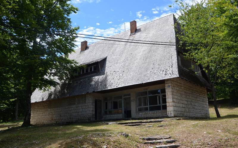 Ehemaliges Gebäude des Ortsamts und der Post im Dorf Mukinje