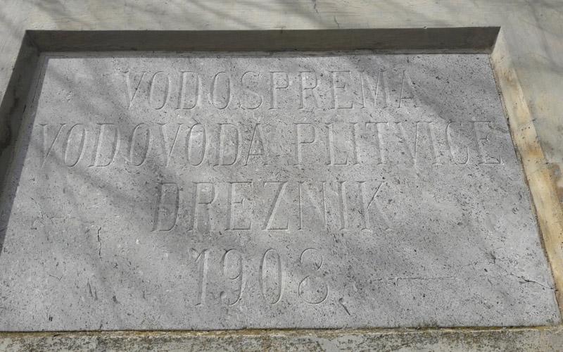 Natpisna ploča na vospremi vodovoda Plitvice iz 1908.
