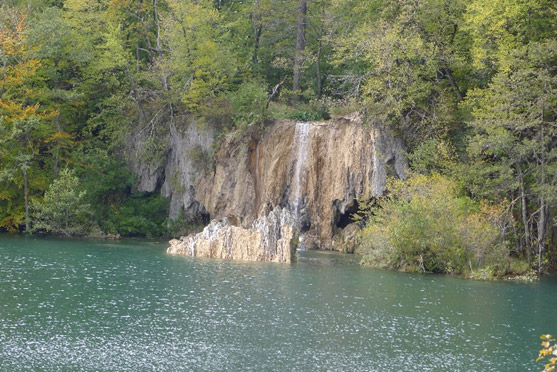 Barrière de travertin cassée Ciginovac/Okrugljak (photo: Archives du Parc national des lacs de Plitvice)