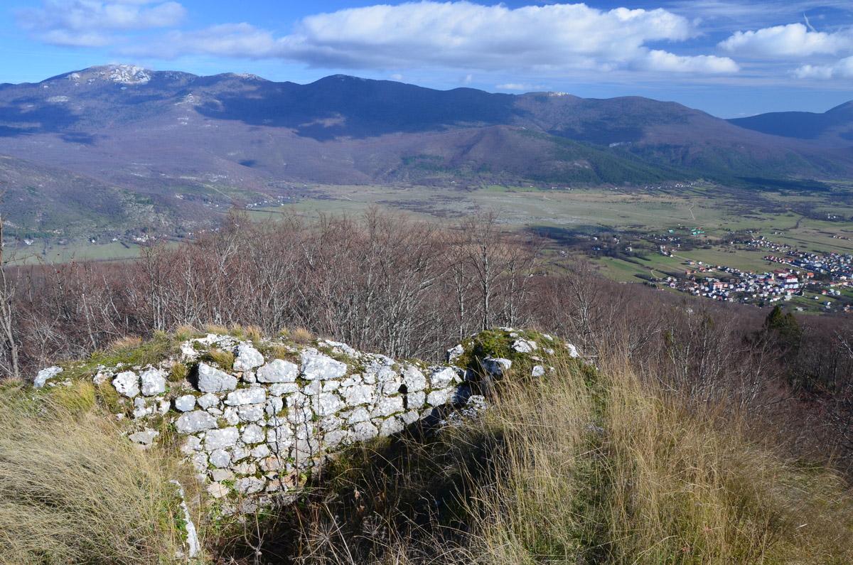 Slika 2. Ostaci Mrsinj grada i pogled na Korenicu i planinu Ličku Plješevicu